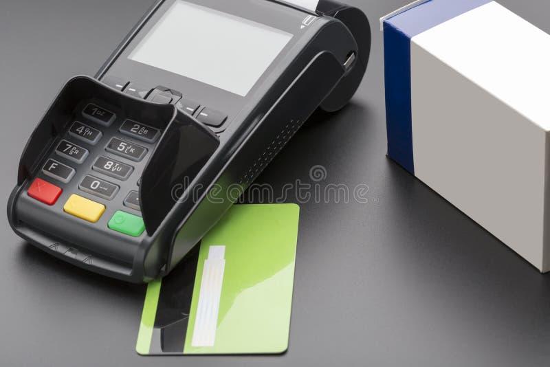 Terminal de la posición, tarjeta de crédito y caja de la píldora foto de archivo libre de regalías