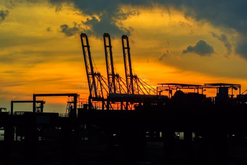 Terminal de récipient de port industriel commercial au coucher du soleil image stock