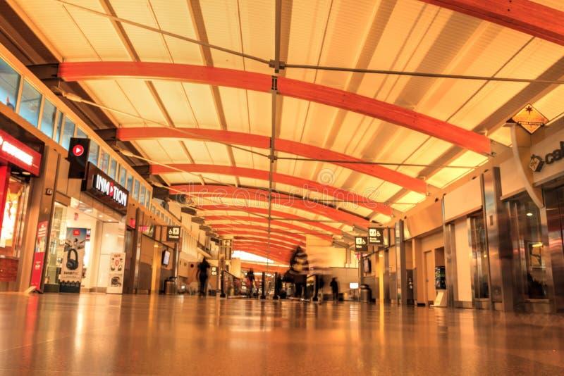 Terminal de Raleigh Durham International Airport durante o tra do feriado imagem de stock