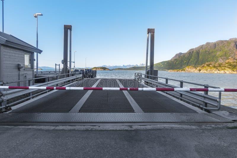 Terminal de transbordadores vacía con la rampa del metal y la carretera de peaje cosed noruega foto de archivo