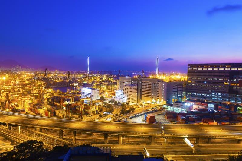 Terminal del cargo en la noche imagen de archivo