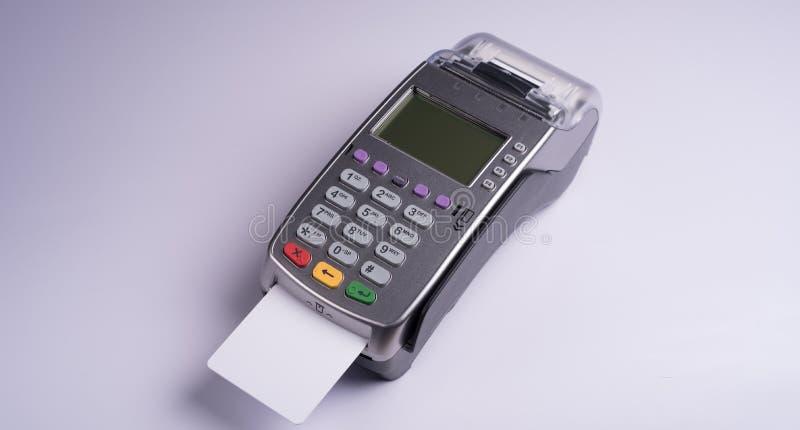 Terminal del pago con la tarjeta de crédito blanca de la etiqueta imagen de archivo libre de regalías
