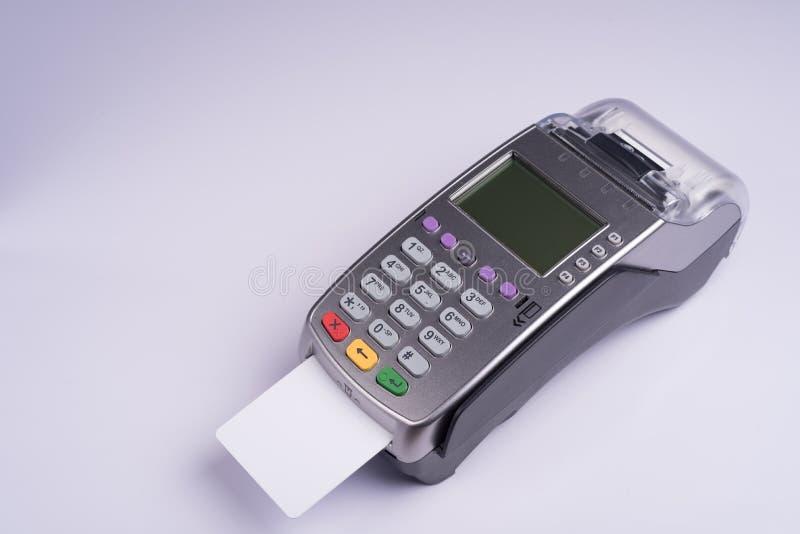 Terminal del pago con la tarjeta de crédito blanca de la etiqueta fotos de archivo libres de regalías