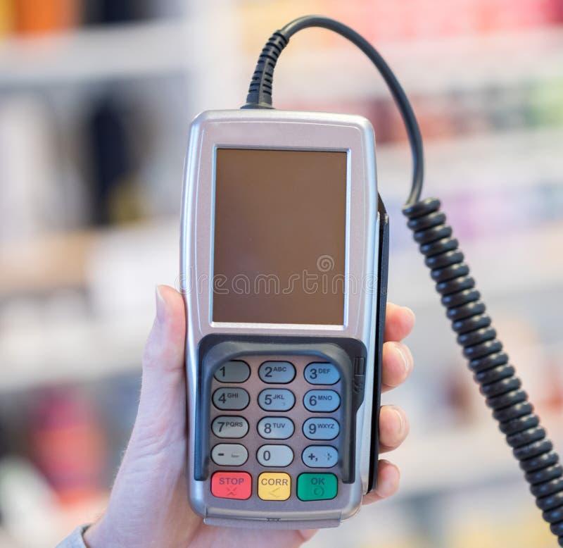 Terminal del pago en una tienda, pagando por la tarjeta fotos de archivo libres de regalías