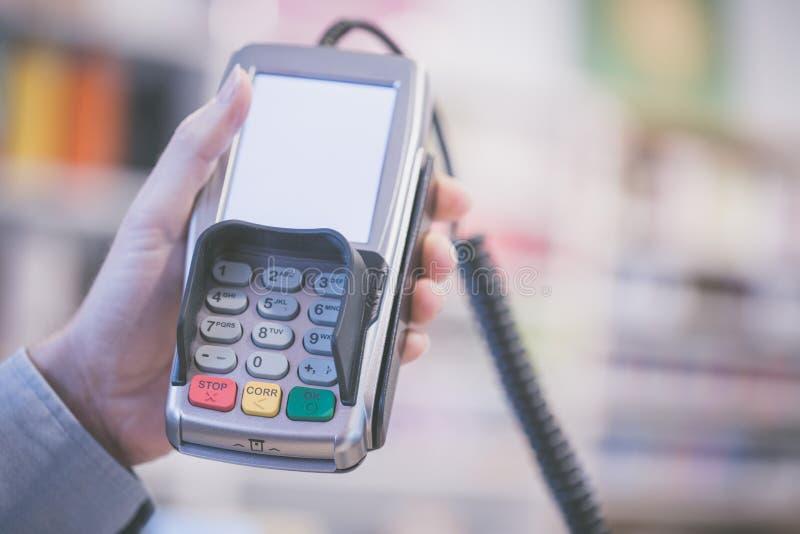 Terminal del pago en una tienda, pagando por la tarjeta fotografía de archivo libre de regalías