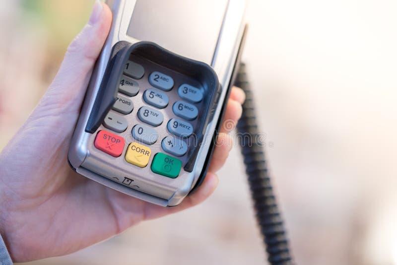 Terminal del pago en una tienda, pagando por la tarjeta fotografía de archivo