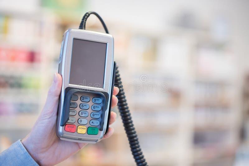 Terminal del pago en una tienda, pagando por la tarjeta imagenes de archivo