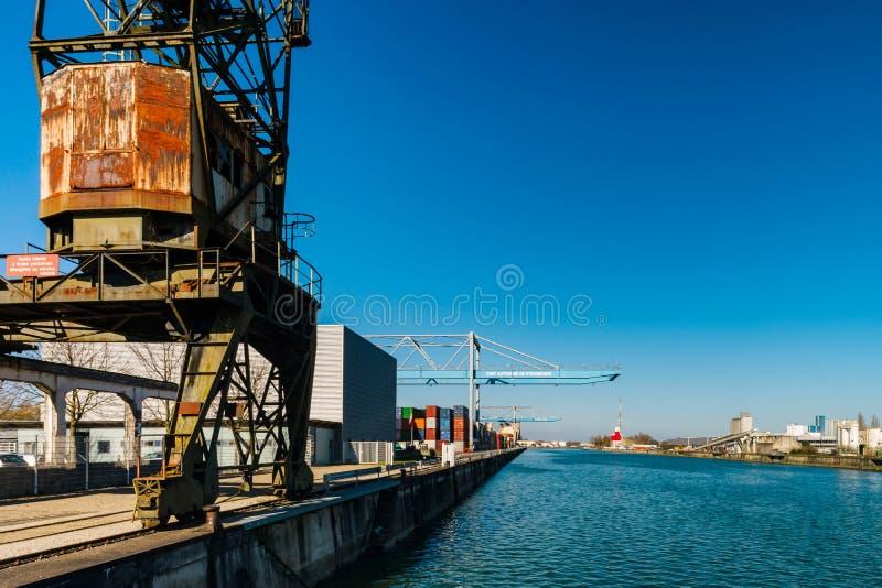 Terminal del puerto de envío de cargo de Estrasburgo, día soleado con el bluew SK imagen de archivo