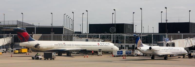 Terminal do delta no aeroporto de O'Hare, Chicago, IL imagens de stock
