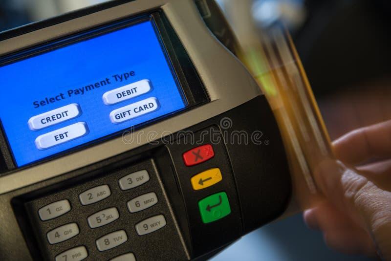 Terminal do pagamento com furto do cartão do movimento foto de stock