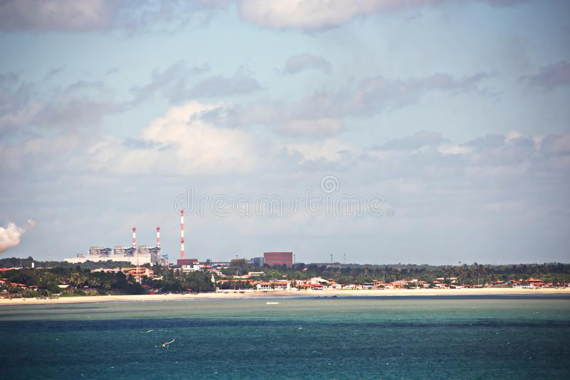 Terminal do transbordamento para produtos de aço de carregamento às embarcações do mar usando guindastes da costa e o equipamento imagem de stock