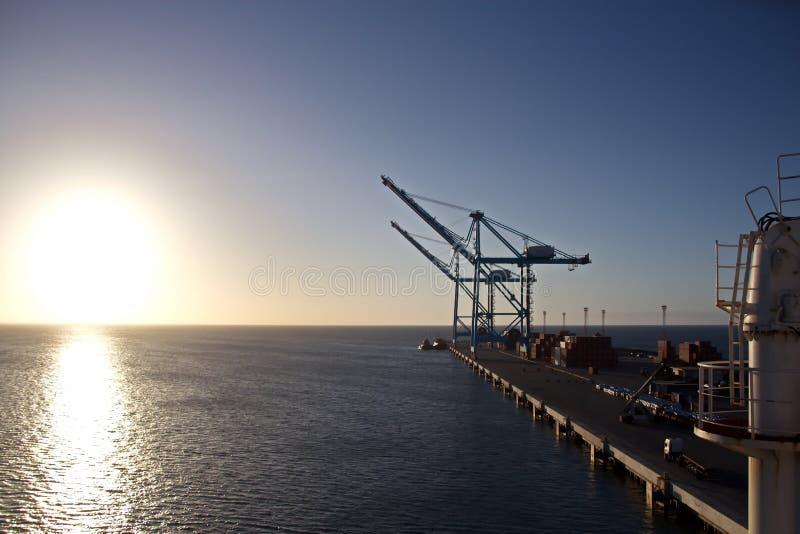 Terminal do transbordamento para produtos de aço de carregamento às embarcações do mar usando guindastes da costa e o equipamento fotografia de stock royalty free