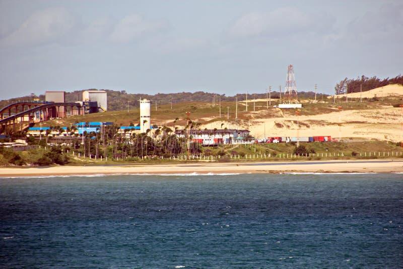 Terminal do transbordamento para produtos de aço de carregamento às embarcações do mar usando guindastes da costa e o equipamento fotos de stock
