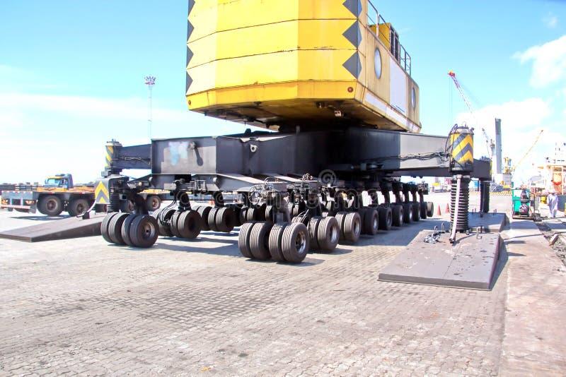 Terminal do transbordamento para produtos de aço de carregamento às embarcações do mar usando guindastes da costa e o equipamento foto de stock royalty free