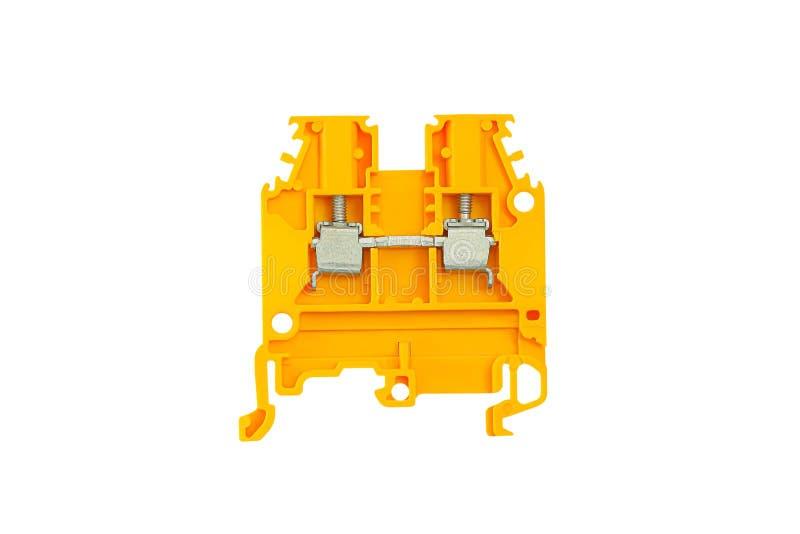 Terminal eléctrico amarillo para los alambres de conexión para la instalación del carril del estruendo aislada en el fondo blanco imagen de archivo libre de regalías