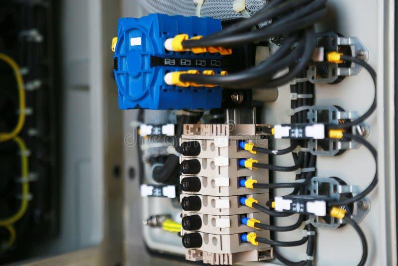 Terminal eléctrico en caja de conexiones y servicio del técnico El dispositivo eléctrico instala en el panel de control para el p fotos de archivo
