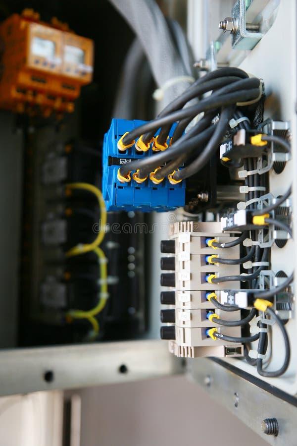 Terminal eléctrico en caja de conexiones y servicio del técnico El dispositivo eléctrico instala en el panel de control para el p foto de archivo