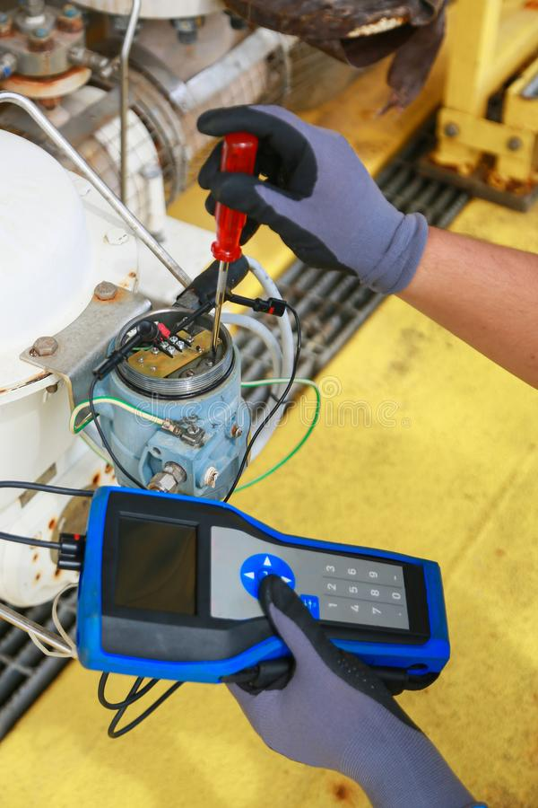 Terminal eléctrico en caja de conexiones y servicio del técnico El dispositivo eléctrico instala en el panel de control para el p imágenes de archivo libres de regalías