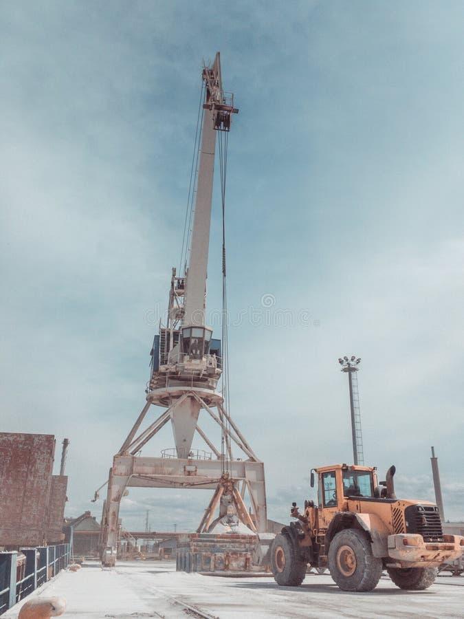 Terminal en vrac de sulphat de potasse Cargaison de chargement de grue dans la prise de carho du navire de charge Équipement de L image stock