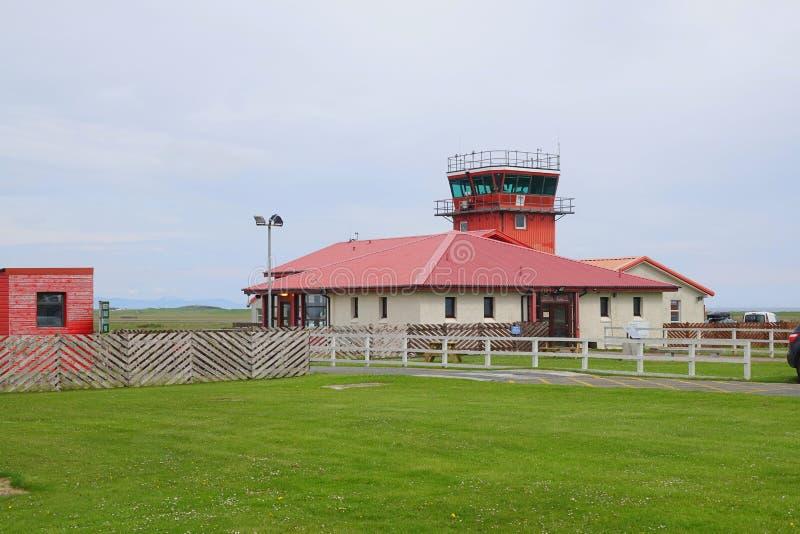 Terminal et tour de contrôle d'aéroport photo stock