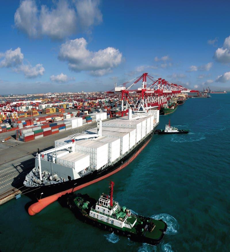 Terminal för Kina Qingdao portbehållare arkivbild