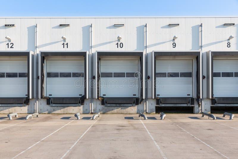 Terminal för lastbilpäfyllning med stängda portar arkivfoto