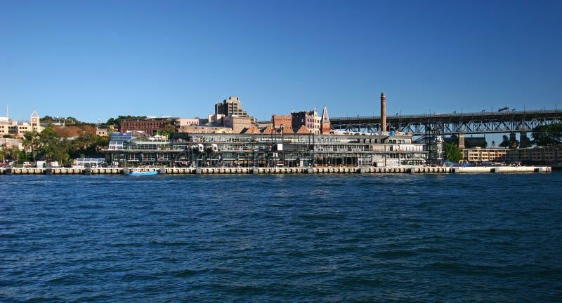 Terminal moderno del barco de cruceros, edificios de ladrillo industriales de la herencia con la chimenea del humo en rocas histó foto de archivo