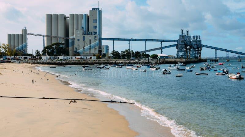 Terminal och silo för djupt vatten för korn, härledde produkter och oleaginous produkter i Trafaria, Portugal royaltyfria foton