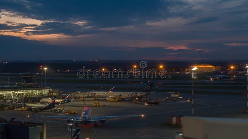 Terminal ocupado D no aeroporto de Sheremetyevo na noite Moscou, Rússia foto de stock royalty free