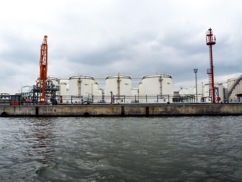 Terminal pétrochimique lié à l'eau avec de nombreux réservoirs et avec image libre de droits