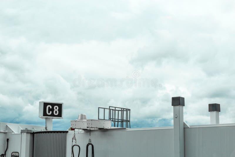 Terminal-skybridge Flughafen-Bostons Massachusetts vor stürmischen Wolken stockfoto