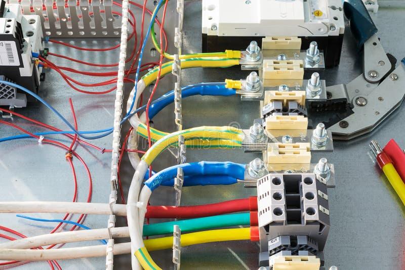 Terminal tråd, strömkretssäkerhetsbrytare, kabelkanaler som krusar plattång arkivbilder