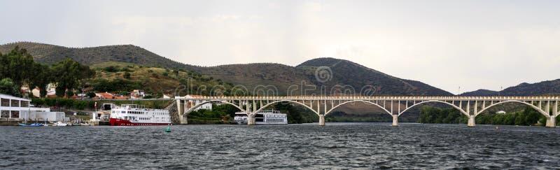 """Terminal y puente de la travesía del †de Barca de Alva """" imagen de archivo libre de regalías"""