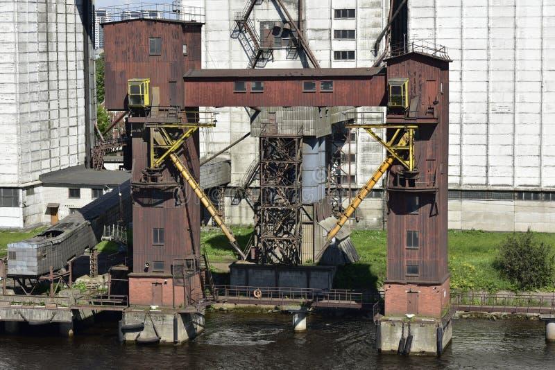 Terminale abbandonato di caricamento della nave vicino a Riga, Lettonia fotografia stock