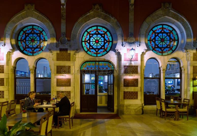 Terminale della stazione ferroviaria di Sirkeci, esterno del ristorante di Orient Express, vista di notte, Costantinopoli Turchia fotografie stock