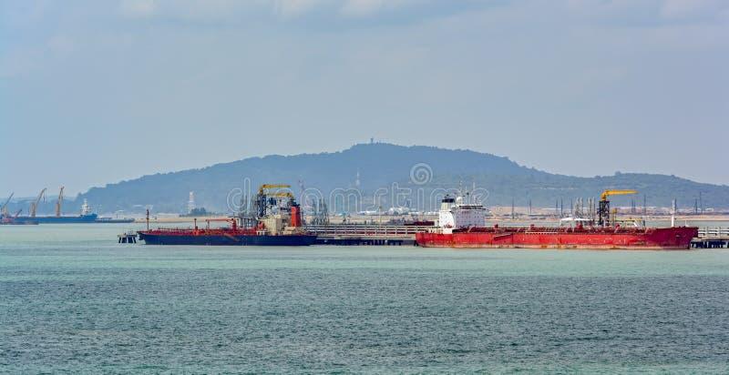 Terminale di acqua profonda del petrolio di Pengerang con le autocisterne immagine stock
