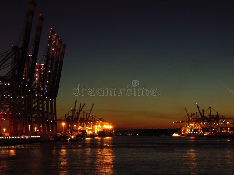 Download Terminale Di Contenitore Alla Notte Fotografia Stock - Immagine di maneggiamento, dusk: 3882818