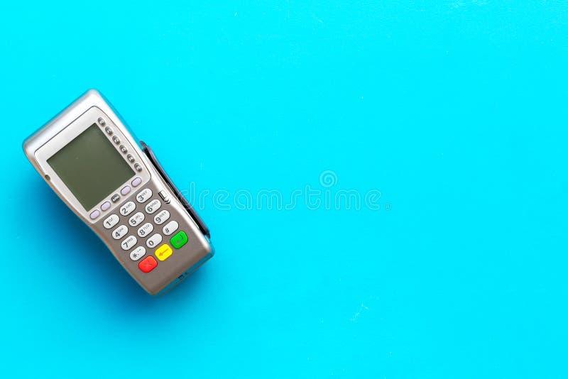 Terminale di pagamento, terminale compatto di posizione sullo spazio blu della copia di vista superiore del fondo fotografia stock