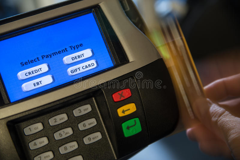Terminale di pagamento con il colpo della carta di moto fotografia stock