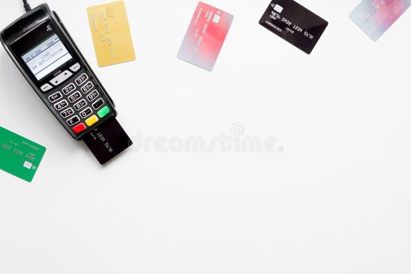 Terminale di pagamento con la carta sulla vista superiore del fondo bianco immagine stock