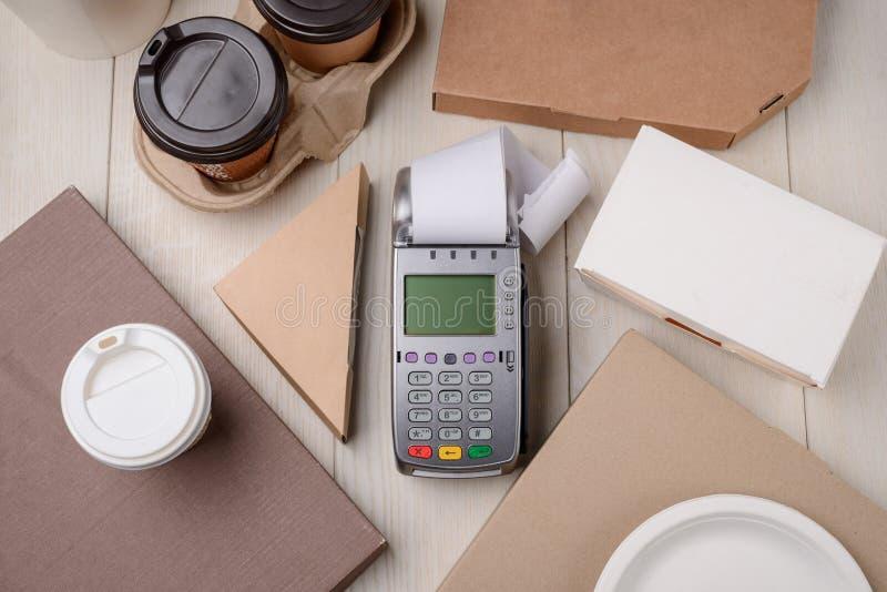 Terminale di pagamento fra le scatole di carta fotografia stock