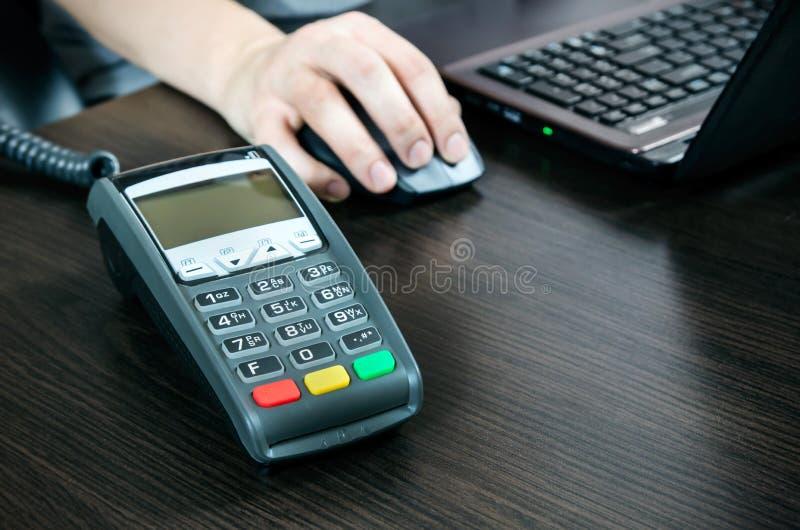 Terminale di pagamento nell'ufficio fotografia stock