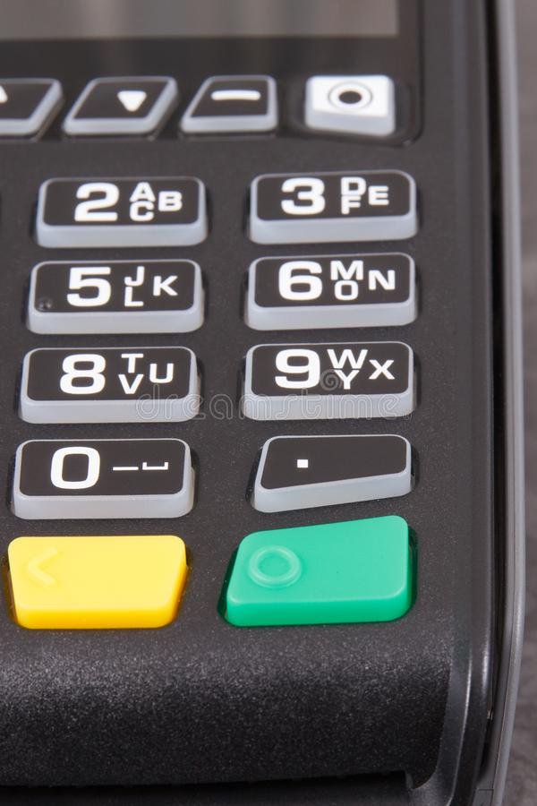 Terminale di pagamento usando per impostare codice del perno Pagamento Cashless comperare immagini stock libere da diritti