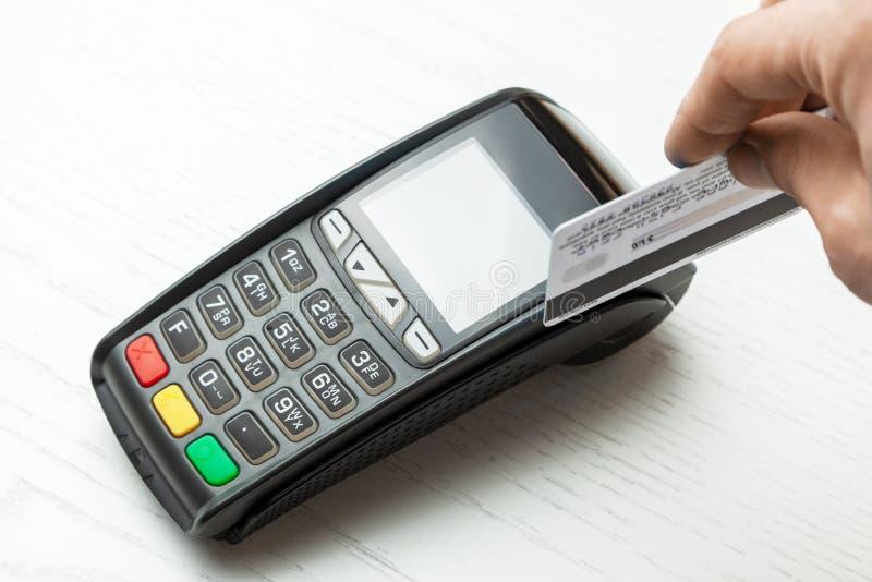 Terminale di posizione, macchina di pagamento con la carta di credito su fondo bianco fotografia stock libera da diritti