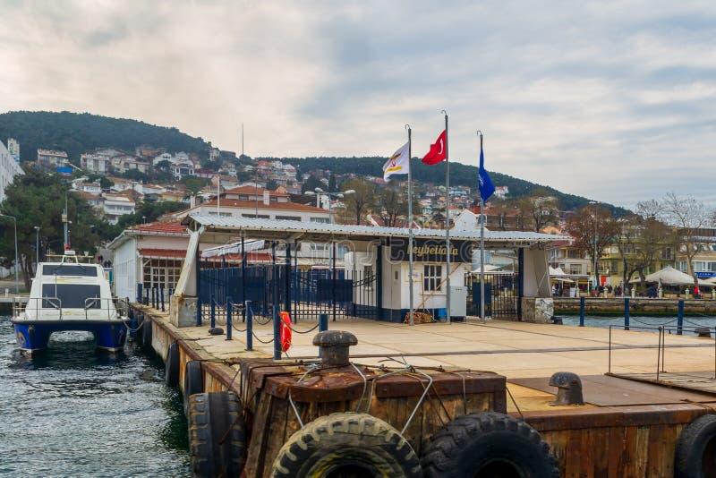 Terminale di traghetto di Heybeliada in un giorno nuvoloso, mare di Marmara, Costantinopoli, Turchia fotografia stock