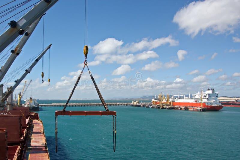 Terminale di trasbordo per i prodotti siderurgici di carico alle imbarcazioni di mare facendo uso delle gru della riva e delle at immagini stock