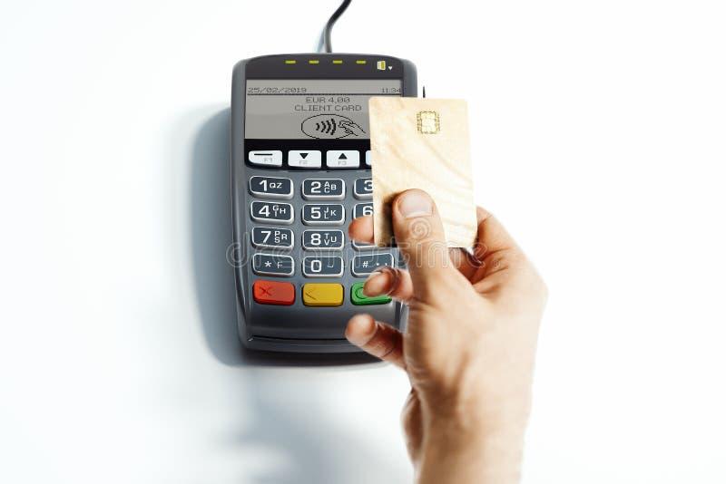 Terminale e carta assegni di pagamento di posizione isolati su bianco NFC rappresentazione 3d fotografia stock libera da diritti