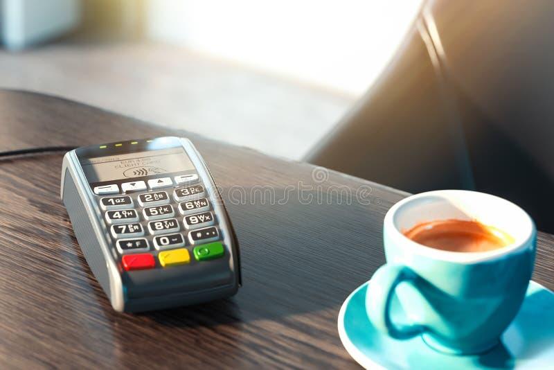 Terminale e telefono cellulare di pagamento di posizione concetto di pagamenti del nfc rappresentazione 3d fotografie stock