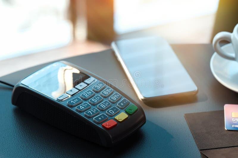 Terminale e telefono cellulare di pagamento di posizione concetto di pagamenti del nfc rappresentazione 3d immagini stock