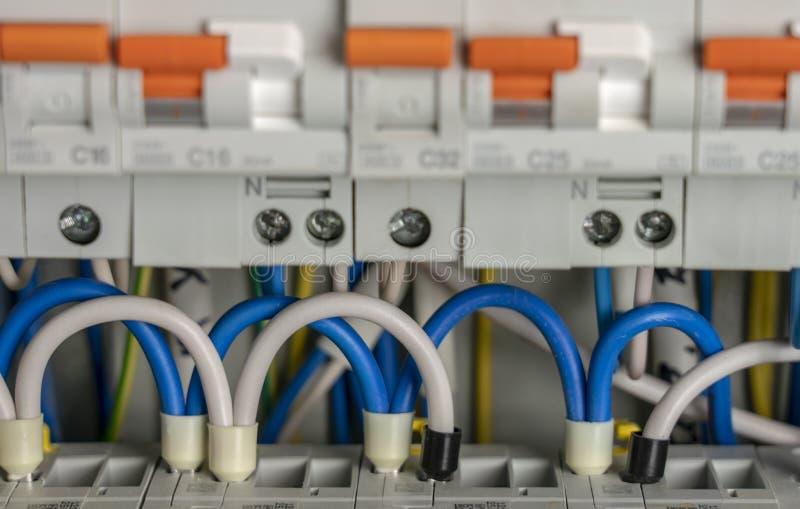 Terminale, kontakty, obwodów łamacze depeszuje w elektrycznym switchboard pod warunkiem, że bezpieczna dostawa elektryczność zdjęcie stock